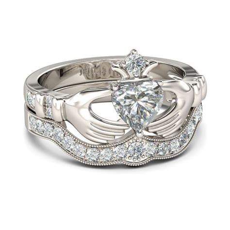 Check this out from jeulia! Jeulia Simple Crown Claddagh